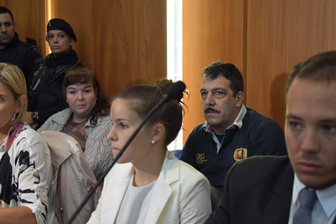 La abogada Narela Sirio, detrás Gabriel Strumia y Roxana Mitchl